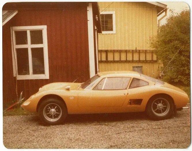 <br />Reva. Марка самодельных автомобилей, изготавливавшихся Даном Вербином и Хольгером Бранби. Первую модель, Reva GT (на снимке) они сделали в 1964 году. Затем они изготовили 3 экземпляра Reva GT Mk1, 20 экземпляров Reva GT Mk II и прототип Reva GT Mk III. Но затем правила регистрации и продажи самоделок изменились, и инженеры прекратили делать &laquo;Ревы&raquo;, поскольку регистрировать полноценную компанию не хотели.<br />&nbsp;