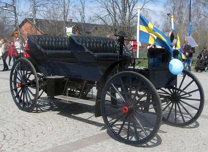 <br />Аtvidaberg. Пожалуй, самый устаревший автомобиль всех времён и народов. Компания была основана в 1910 году и импортировала американские шасси Holsman, используя их как образец. Собственная модель Аtvidaberg имела 28-сильный двигатель и разгонялась до 45 км/ч, но использовала дизайн Holsman образца 1903 года (вы бы догадались, что на снимке машина 1910-го?). Компании удалось продать 12 машин, после чего, в 1911-году, она разорилась.<br />&nbsp;