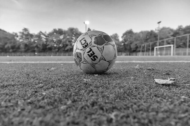 Футболист сборной Дании — дальтоник. Он рассказал, как ориентируется наполе