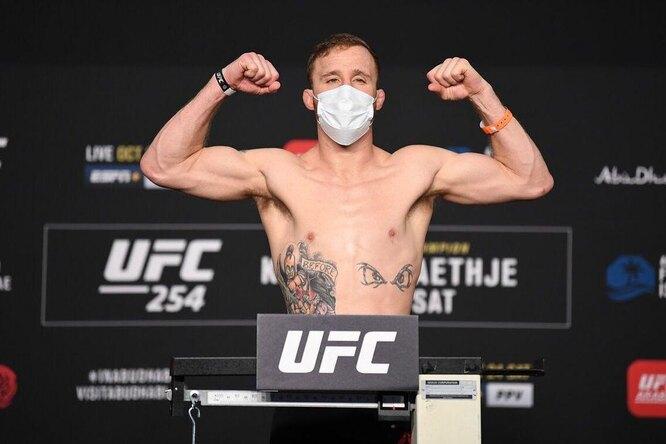 Видео: фанат дал бой бывшему чемпиону UFC ради денег