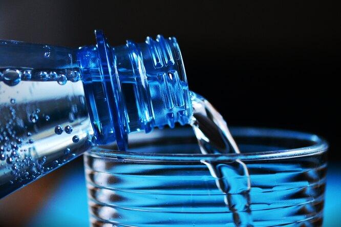 Вредно ли пить воду во время еды? Отвечает диетолог