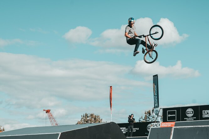 Гонщик BMX показал новые трюки нагорном велосипеде после восстановления из-за перелома ребра