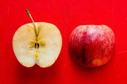 Как просто разделить яблоко безножа — лайфхак изTikTok